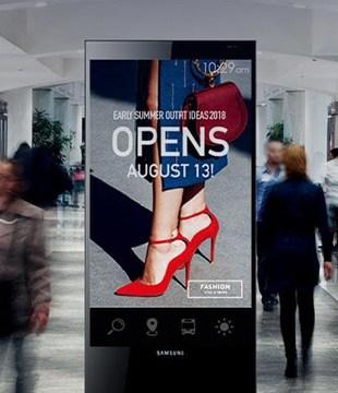 Stele mit Bildschirm im Einkaufszentrum